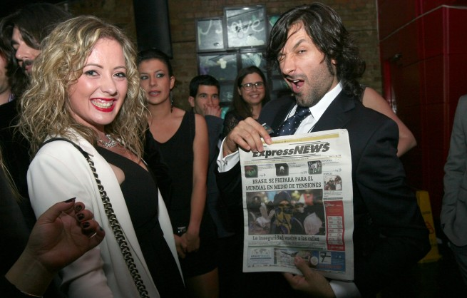 Rafael Amargo posa junto a Carla el perioìdico Express News en los Latin Uk Awards en Londres